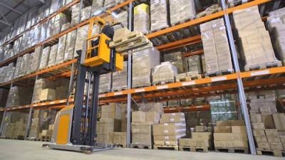 empilhadeiras-articuladas-aumentam-a-capacidade-de-armazenamento-em-galpoes-logisticos